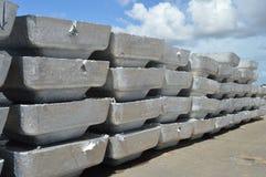Tonnellata di lingotti di alluminio primari Fotografie Stock