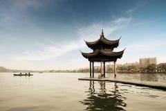 Tonnelle ombreuse sur le lac occidental Image libre de droits