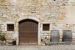 Tonnels und eine Steinwand in der Abtei Lizenzfreie Stockfotos