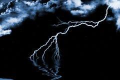 Tonnerre, eau et nuages bleus Images stock