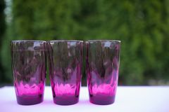 3 tonnes de verres en nature, plats d'été, plats colorés, l'espace de copie photographie stock