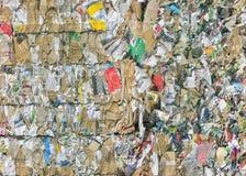 Tonnes de vieux papier et carton au dépôt de déchets image stock