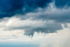 tonnez les nuages de pluie de ciel de strom et le ciel sombre en noir et blanc image libre de droits