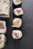 Tonno del briciolo dei sushi di Maki sulla tavola nera Immagini Stock Libere da Diritti