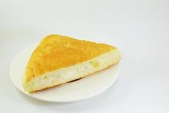 Tonno di riempimento del pane del triangolo sul piatto fotografie stock