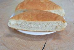 Tonno di riempimento del pane sul piatto di legno di taglio fotografia stock libera da diritti