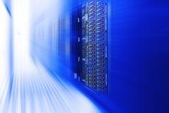 Tono azul del primer y de la falta de definición del centro de datos del estante de equipo del servidor del servidor de la cuchil foto de archivo libre de regalías