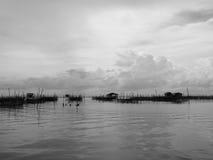 Tono in bianco e nero dell'alloggio presso famiglie e del canestro di galleggiamento in lago a Kohyo, Songkhla, Tailandia con il  Fotografia Stock