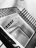 Tono blanco y negro de las escaleras de la biblioteca Imagenes de archivo