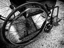 Tono blanco y negro de las sillas de ruedas Fotos de archivo
