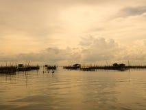 Tono d'annata dell'alloggio presso famiglie e del canestro di galleggiamento in lago a Kohyo, Songkhla, Tailandia con il bei ciel Immagini Stock Libere da Diritti
