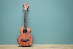 Tono d'annata della natura morta con la vecchia parete delle ukulele Fotografia Stock
