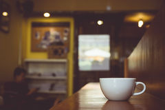 Tono d'annata della tazza di caffè sulla tavola in caffè Immagini Stock