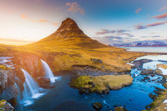 Tono de la puesta del sol sobre el volcán y la cascada, Islandia de Kirkjufell fotografía de archivo