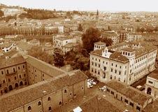 Tono de la sepia de edificios históricos en la torre de Verona Old Town View From Lamberti, Italia Foto de archivo libre de regalías
