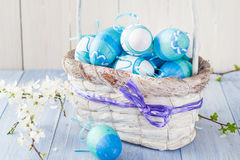 Tono del blu delle uova di Pasqua del canestro della primavera Fotografia Stock Libera da Diritti