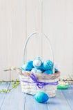 Tono del blu delle uova di Pasqua del canestro della primavera Immagini Stock