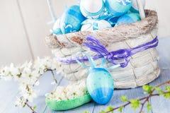 Tono del blu delle uova di Pasqua del canestro della primavera Fotografia Stock
