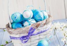 Tono del blu delle uova di Pasqua del canestro della primavera Immagini Stock Libere da Diritti