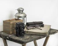 Tono del color del vintage de accesorios retros en la tabla de madera sucia Fotografía de archivo