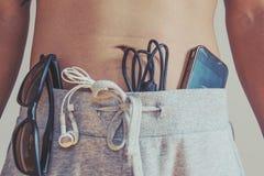 Tono del vintage, cierre encima de un hombre que lleva los pantalones calientes con el artilugio del viaje Fotos de archivo