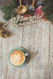 Tono del vintage de la taza de café caliente en la tabla /Christmas del vintage Imagenes de archivo