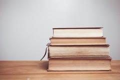 Tono del vintage de libros viejos en la tabla de madera de la cubierta Foto de archivo libre de regalías
