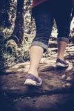 Tono del vintage del alto contraste del ejercicio que camina de la mujer, estafa de la salud imagen de archivo