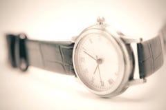Tono del vintage del cierre encima del reloj, foco selectivo Fotos de archivo libres de regalías