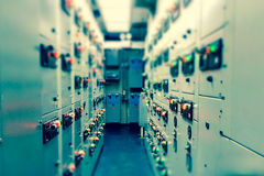 Tono del vintage y de la falta de definición del sitio eléctrico del dispositivo de distribución, e industrial foto de archivo libre de regalías