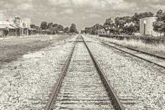 Tono di Sephia dei binari ferroviari fotografie stock libere da diritti
