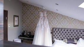 Tono en colores pastel del vestido de marfil del cordón para la muchacha Vestido weddding del blanco hermoso listo para la novia  almacen de metraje de vídeo