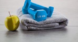 Tono para arriba con dieta sana en el gimnasio con el levantamiento de pesas Fotos de archivo libres de regalías