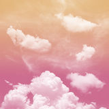 Tono rosa ed arancio e nuvoloso bianco fotografia stock