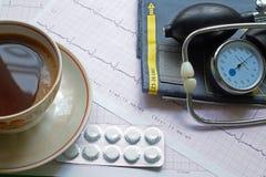 Tonometer、咖啡和ECG 库存照片