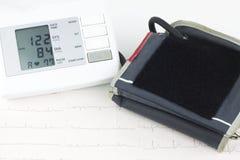 Tonometer auf einem Blatt des EKG lizenzfreies stockfoto