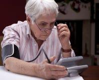 Tonometer de la abuela que mide su presión arterial Foto de archivo