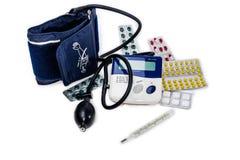 Tonometer elettronico, termometro medico ed imballaggio dell'erba medica fotografia stock libera da diritti