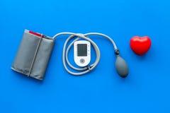 Tonometer für die Herzkrankheiten Diagnose auf Draufsicht des blauen Hintergrundes lizenzfreies stockfoto