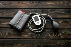 Tonometer für die Herzkrankheiten Diagnose auf Draufsicht des hölzernen Hintergrundes stockbild