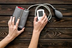Tonometer für die Herzkrankheiten Diagnose auf Draufsicht des hölzernen Hintergrundes stockfoto