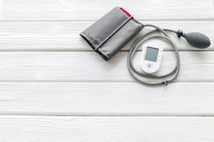 Tonometer für die Herzkrankheiten Diagnose auf weißem Draufsichtmodell des Hintergrundes stockfoto