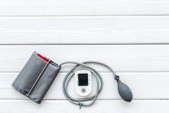 Tonometer für die Herzkrankheiten Diagnose auf weißem Draufsichtmodell des Hintergrundes stockbild