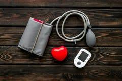 Tonometer f?r die Herzkrankheiten Diagnose auf Draufsicht des h?lzernen Hintergrundes lizenzfreie stockfotos