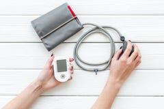 Tonometer f?r die Herzkrankheiten Diagnose auf Draufsicht des wei?en Hintergrundes stockbild