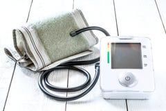 Tonometer medico per pressione sanguigna di misurazione Fotografie Stock Libere da Diritti