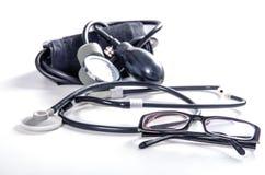 Tonometer, phonendoscope e vidros da cor preta Foto de Stock Royalty Free