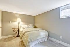 Tonos ligeros que restauran el interior del dormitorio Foto de archivo