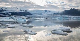 Tonque y montañas del glaciar fotografía de archivo