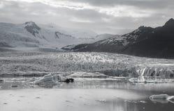 Tonque y montañas del glaciar, negro y blanco fotos de archivo libres de regalías
